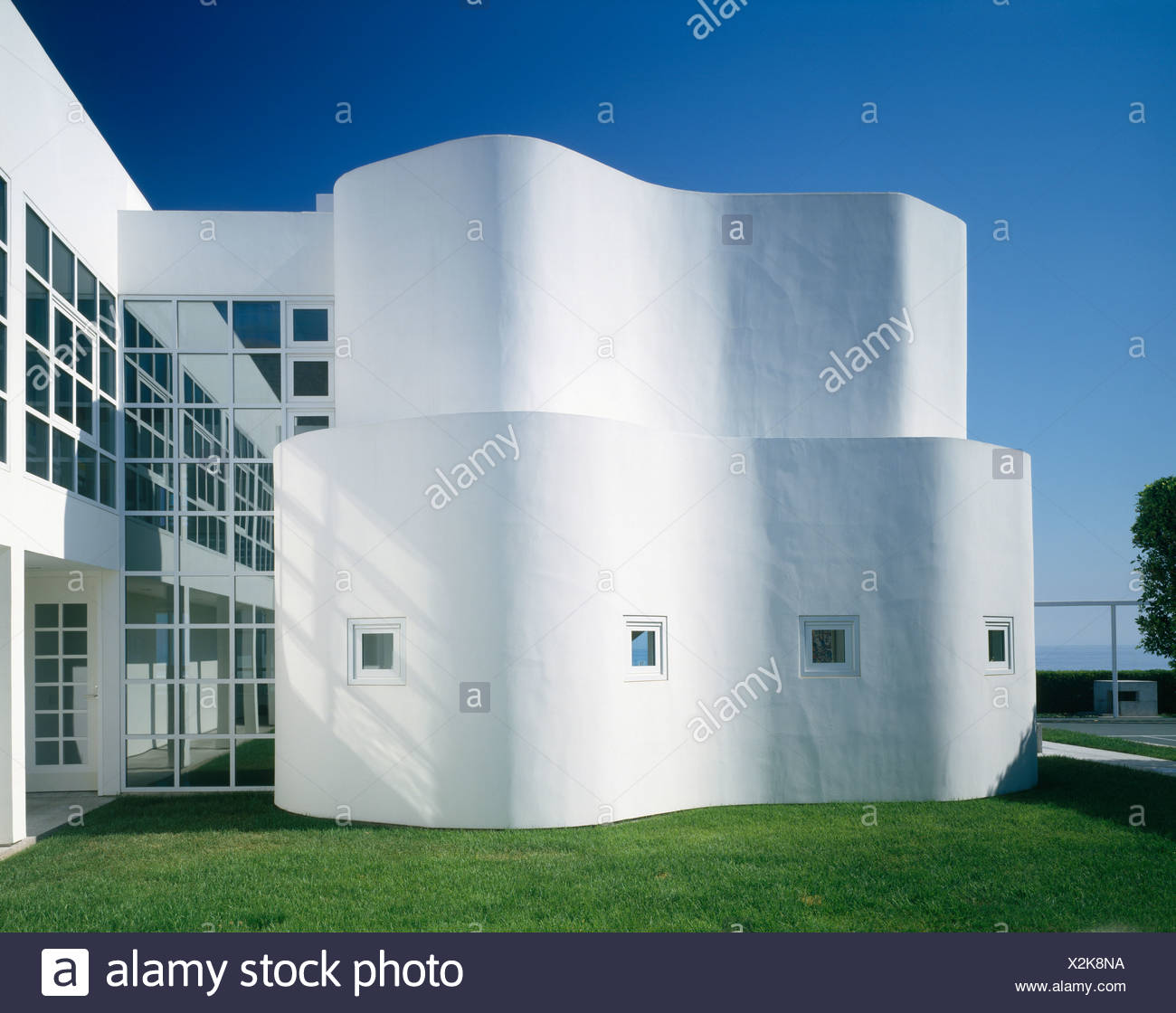 12bc877f786 Curved white wall on large architectural house designed by Richard Meier by  the ocean in Malibu