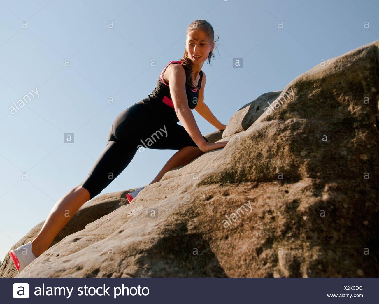 Rock climber scaling rock face - Stock Image