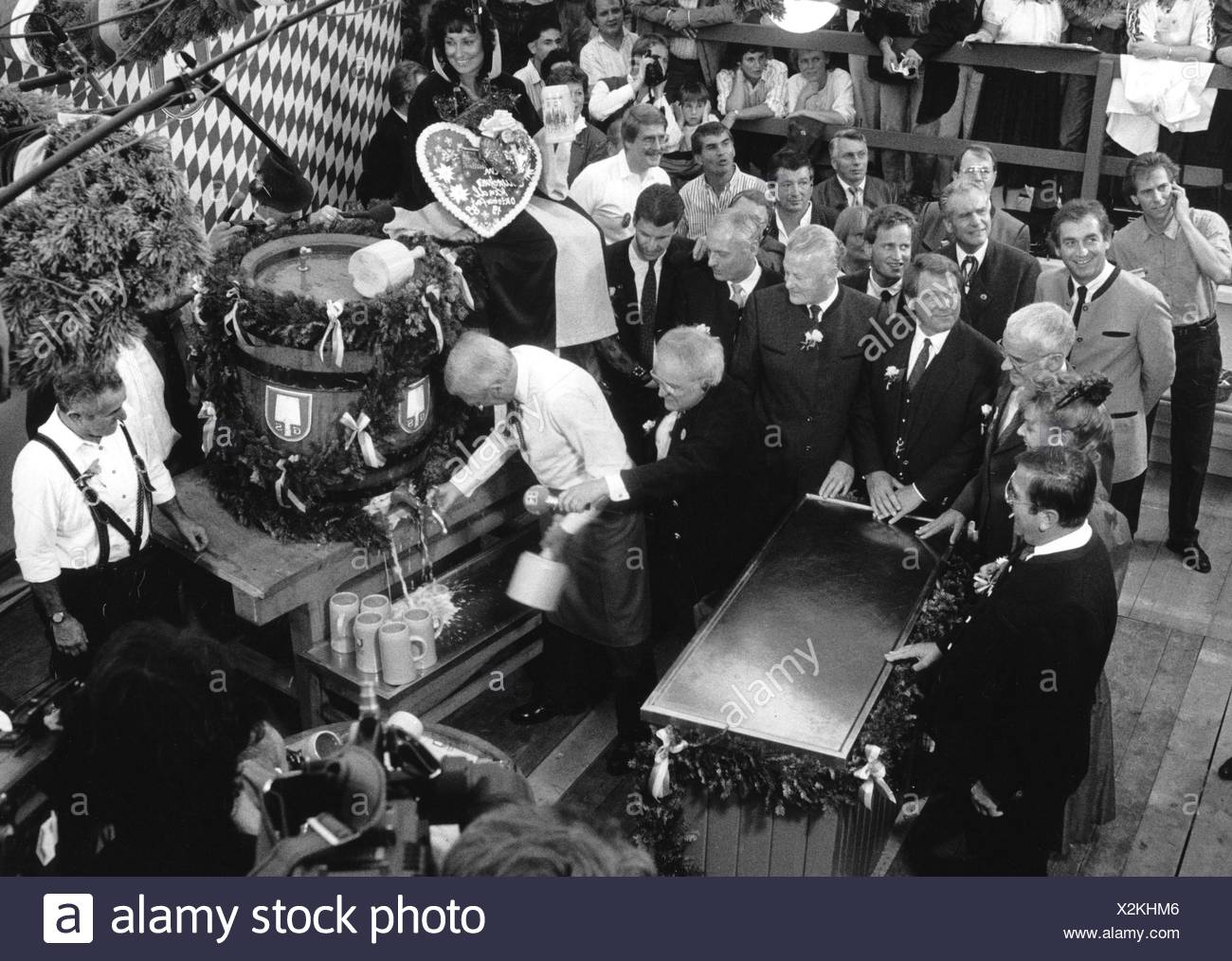 Kronawitter, Georg 21.4.1928 - 28.4.2016, German politician (SPD), scene, Oktoberfest, keg tapping, 1989, with Max Streibl, Winfried Zehetmeier, Klaus Hahnzog, the journalist Michael Stiegler and others, , Additional-Rights-Clearances-NA - Stock Image