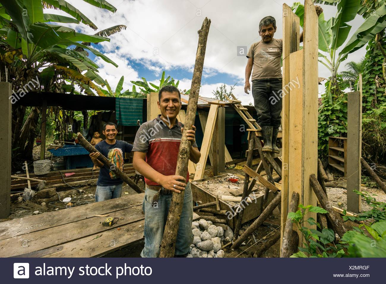 hombres Quiché construyendo una casa,. Lancetillo, La Parroquia, zona Reyna, Quiche, Guatemala, Central America. Stock Photo
