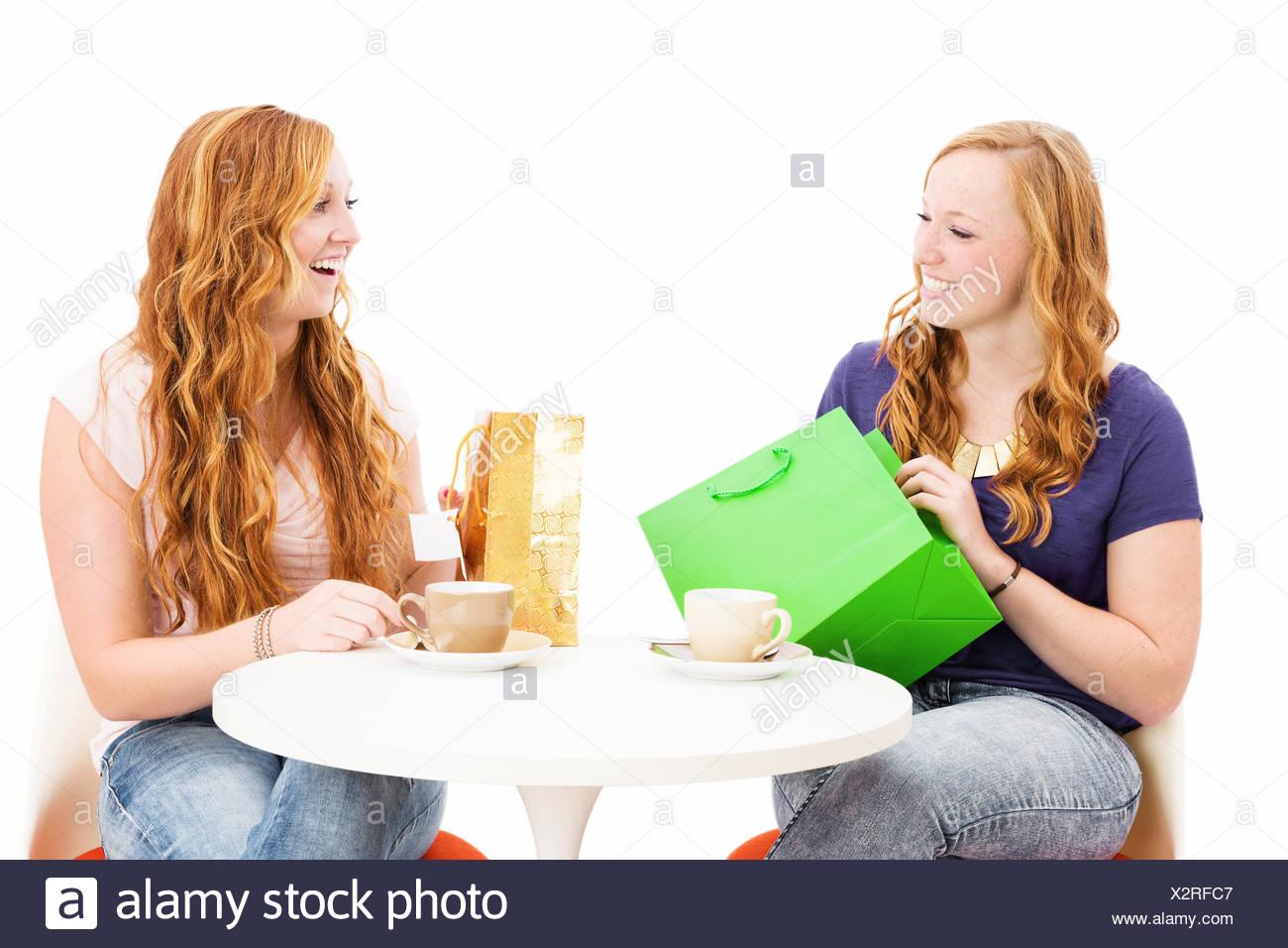 Glückliche Frauen Mit Einkaufstüten An Einem Kaffee Tisch Vor Weißem  Hintergrund   Stock Image