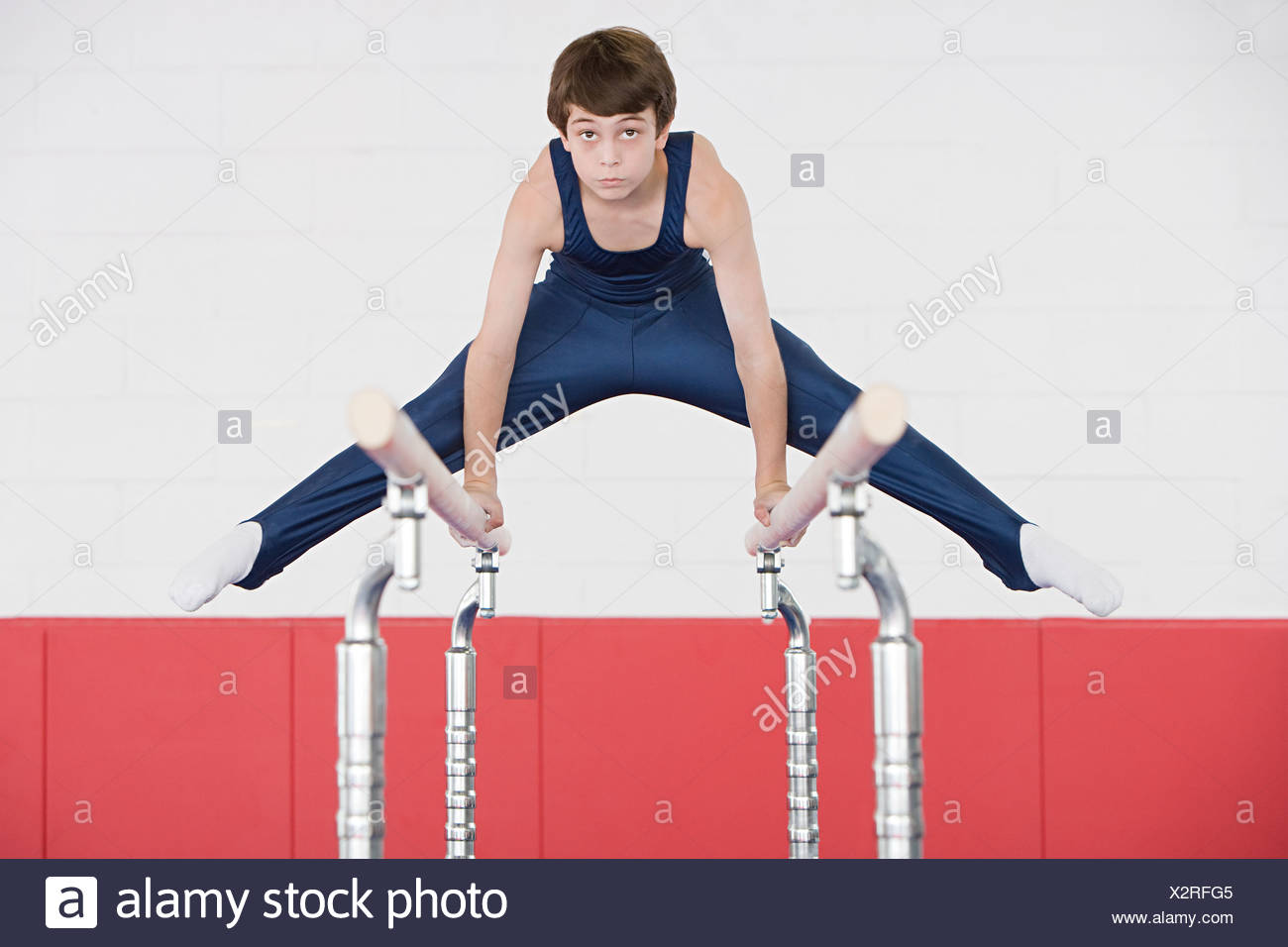 Gymnast doing the splits on parallel bars - Stock Image