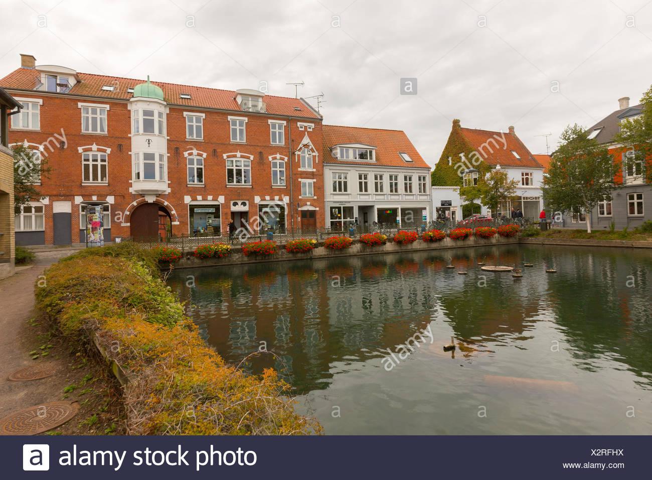 Blick über einen kleinen Teich in der Stadtmitte von Svendborg, Dänemark - Stock Image