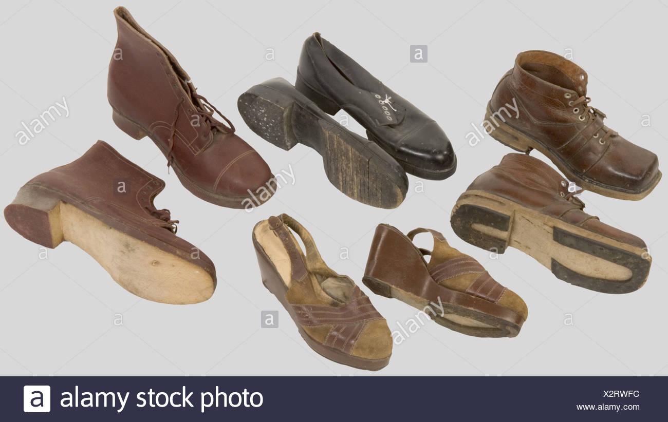 France 20ème Siècle, Ensemble de chaussures civiles, de la période de l'Occupation, comprenant une paire de brodequins en cuir à bouts carrés et semelles de bois. Une paire de brodequins en cuir fourré à semelles de bois, une paire de chaussures homme en cuir noir, semelles rétractables en bois, une paire de chaussures femme en cuir, gros talons à tiges montantes en bois., , Additional-Rights-Clearances-NA - Stock Image