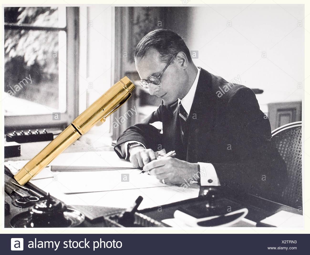 Jacques Benoist-Méchin - stylo plume en or, lui ayant appartenu. Modèle à pompe, poinçons de contrôle sur le corps du stylo. Joint deux photos montrant Jacques Benoist-Méchin avec ce stylo. people, 20th century, object, objects, stills, clipping, clippings, cut out, cut-out, cut-outs, man, men, male, Additional-Rights-Clearances-NA Stock Photo