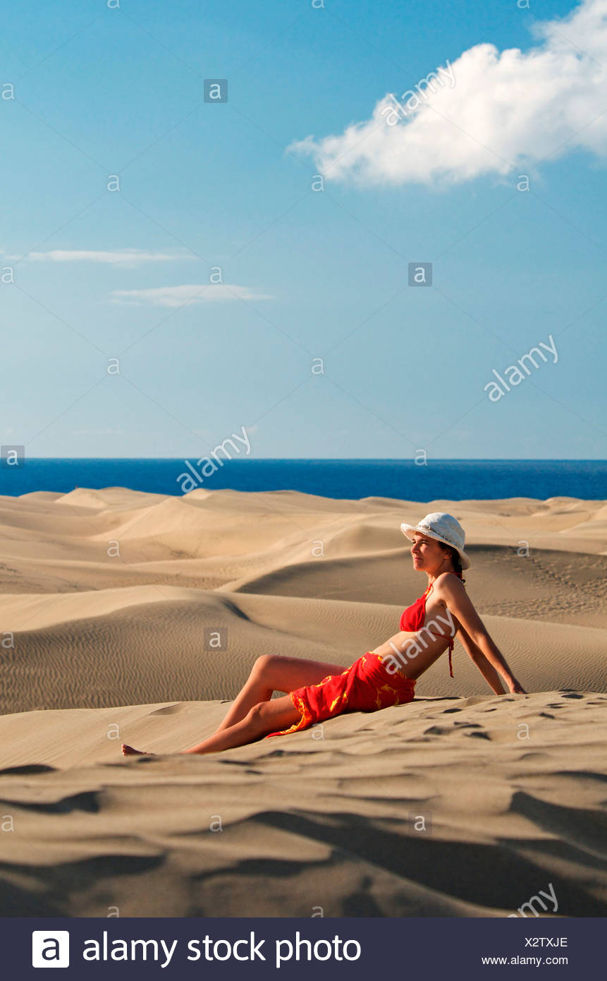 Woman in the sand dunes of Maspalomas, Gran Canaria, Canary Islands, Spain, Europe - Stock Image