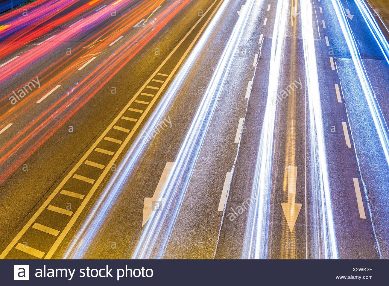 Deutschland, Baden-Württemberg, Stuttgart, B14, Bundesstraße, Lichtspuren bei Nacht, Pfeile, Verkehr, Straßenverkehr, Richtung - Stock Image