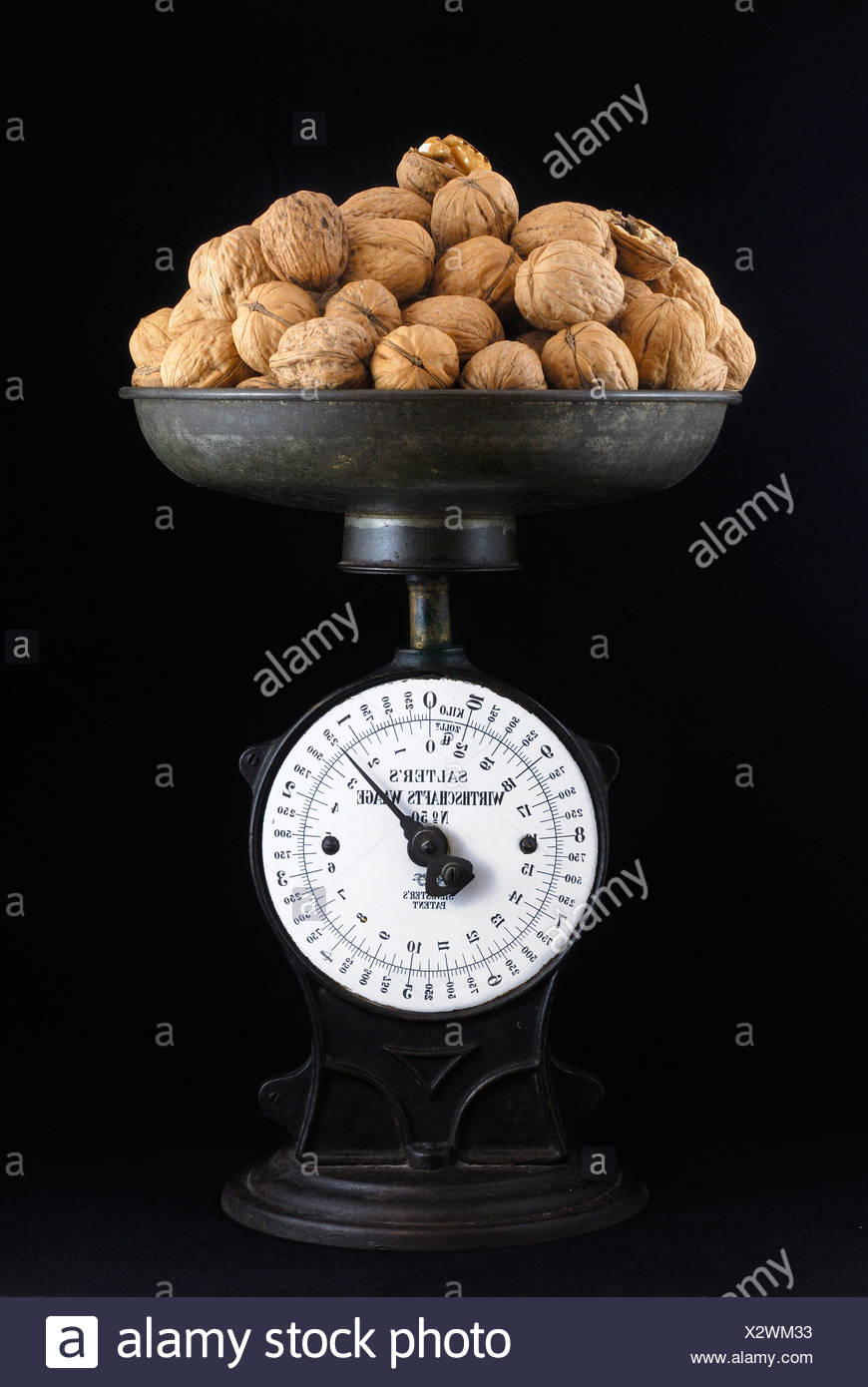 Old-fashioned household scales with lots of walnuts, 250 grammes - Stock Image