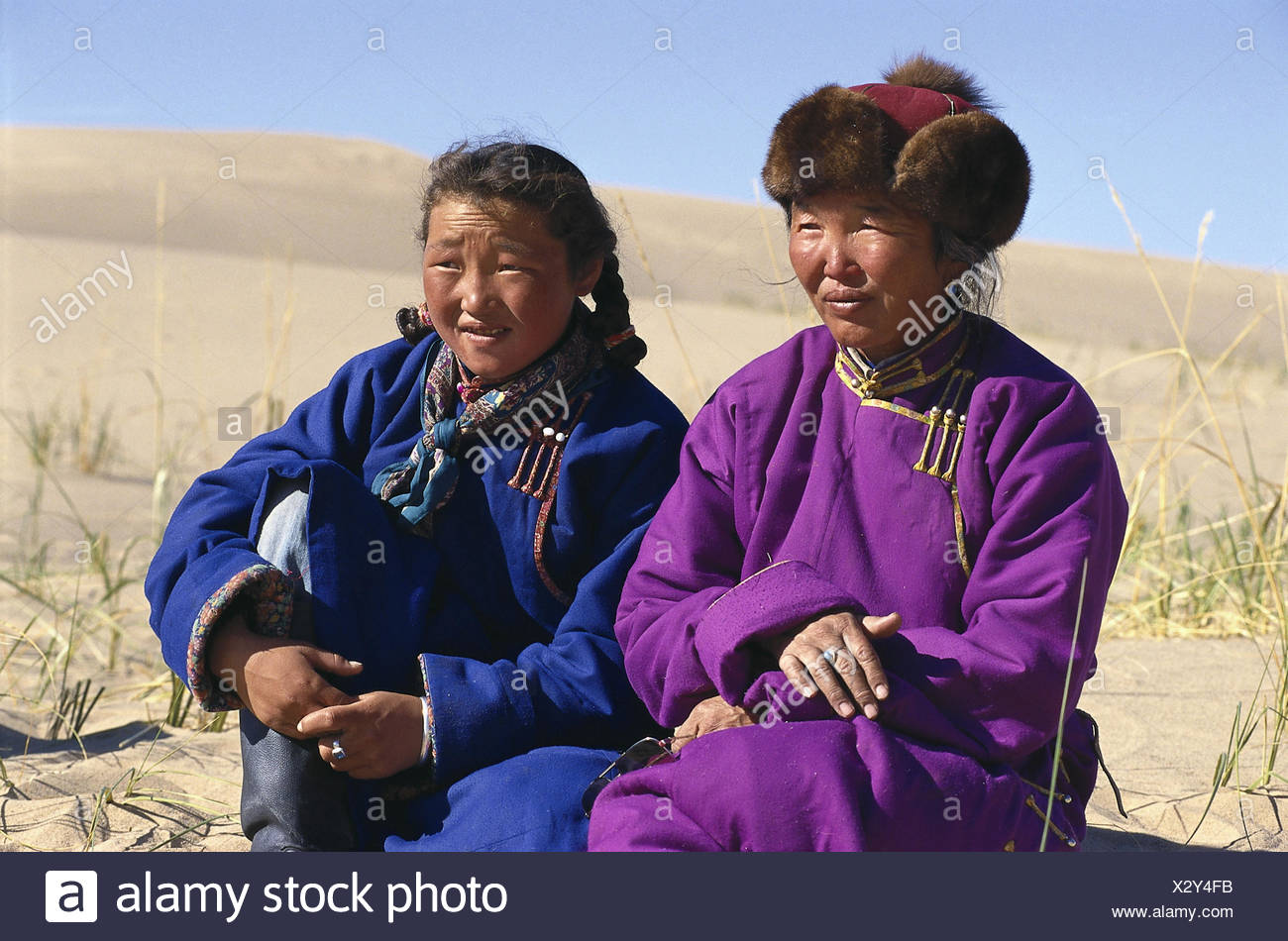 Mongolia, Gobi, desert, nomad, nut, subsidiary, sit, half portrait, dunes, Asia, Central Asia, Central Asia, Sand desert, Sand, Sand dunes, heat, dryness, person, Mongol, Mongols, in Mongolian, woman, girl, family, generations, half nomads, camel nomads, national costume, traditionally, typically, together, Deel, scenery, wild scenery, dune scenery, morning, the morning sun, width, distance, Stock Photo