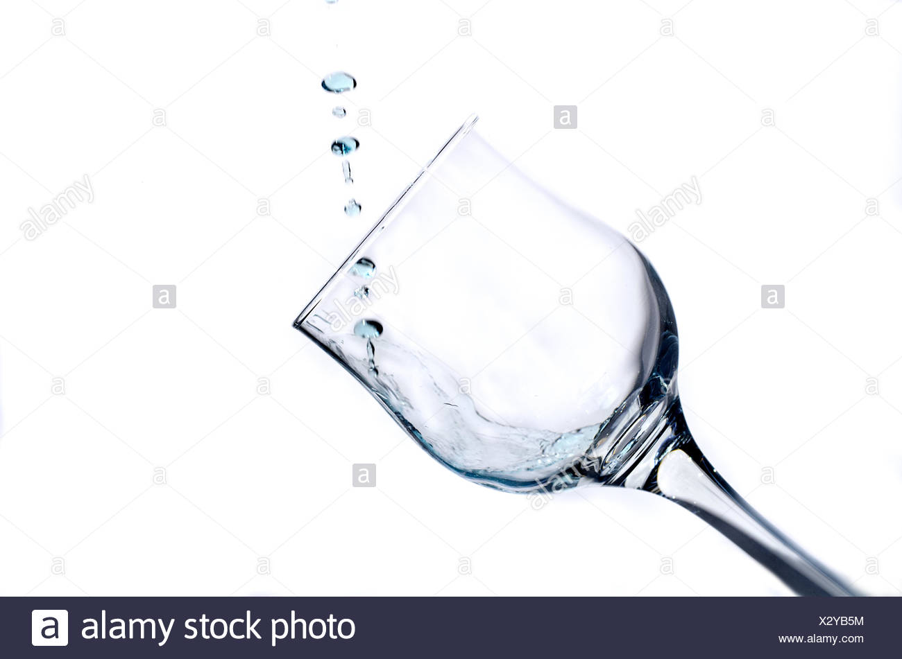The trickle of fluid fills the glass glass - Stock Image