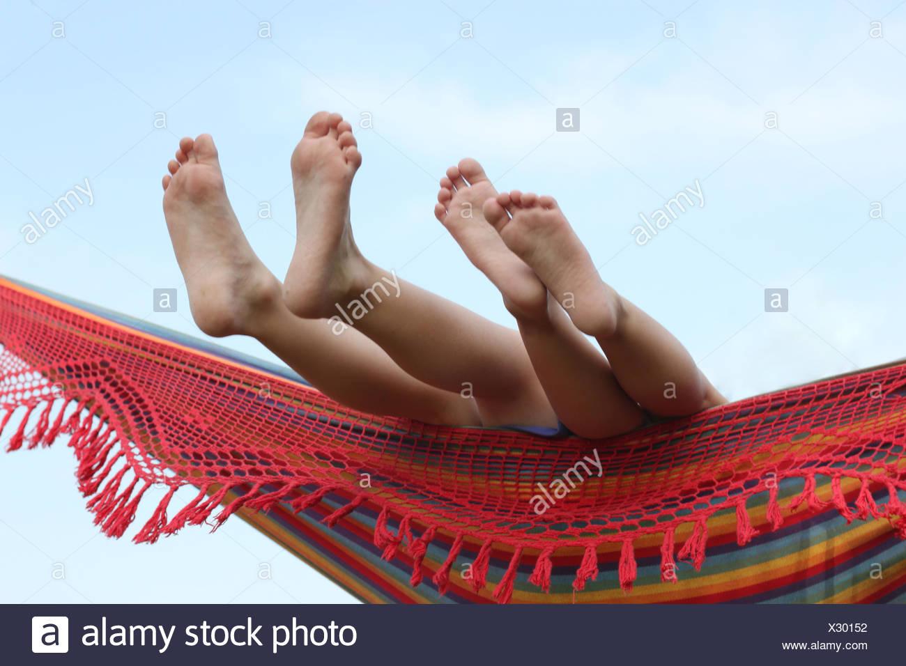 Children's feet in hammock - Stock Image