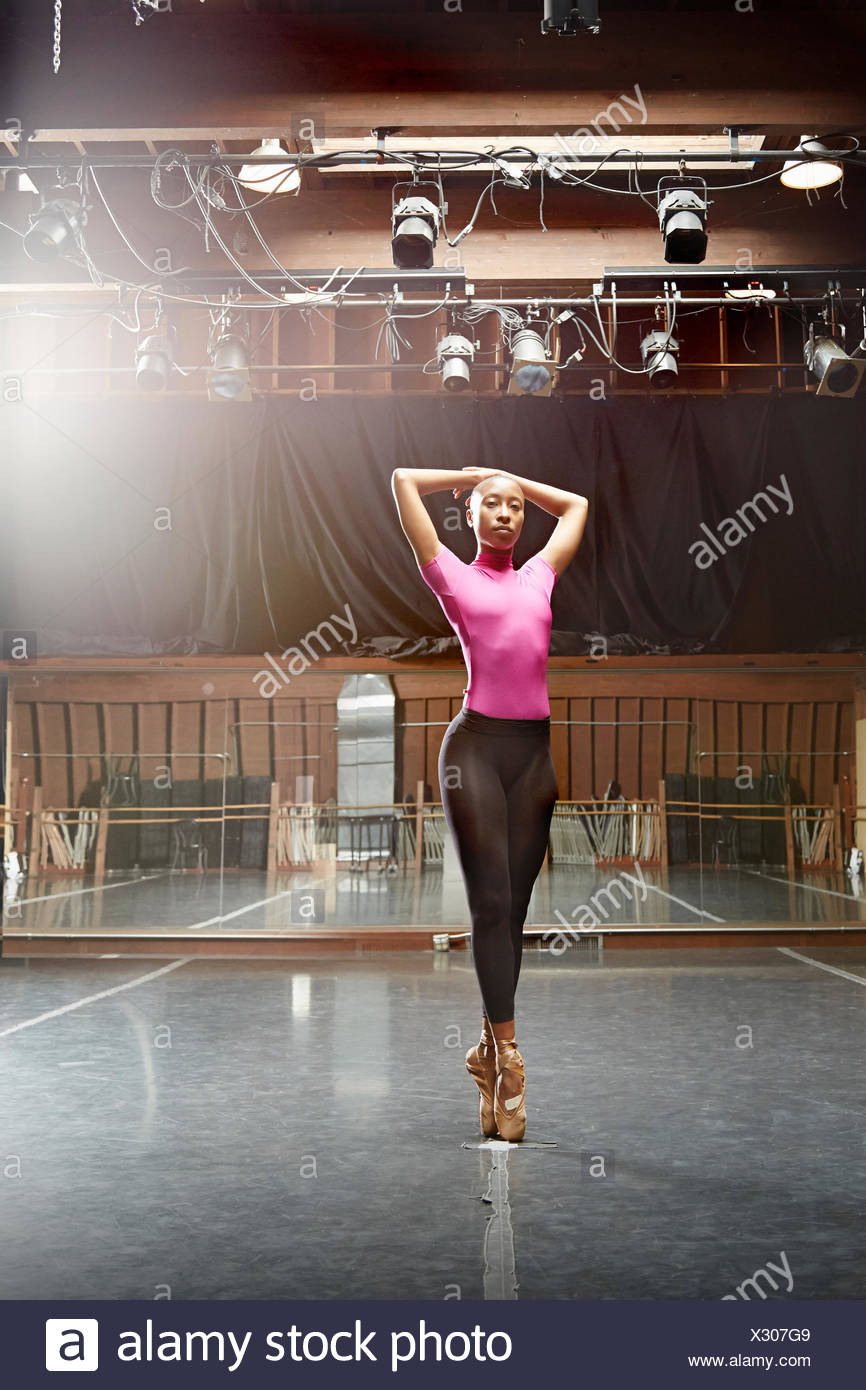 Ballet dancer standing en pointe - Stock Image