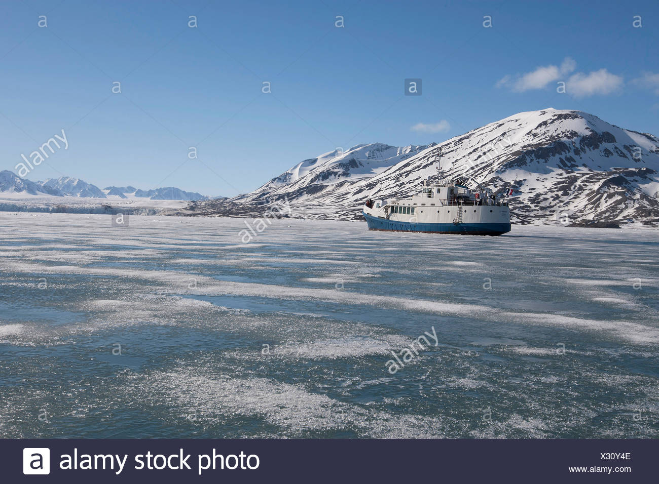 'Polaris 1' passenger vessel, entering winter fast ice in Liefdefjorden, Spitsbergen, Svalbard, 2013. All non-editorial uses must be cleared individually. - Stock Image