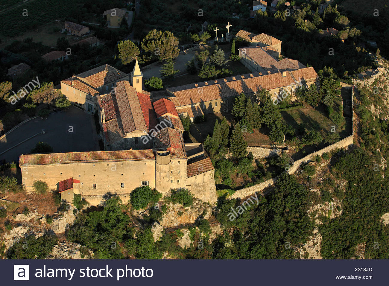 France, Gard (30), Rochefort-du-Gard, Sanctuary Notre-Dame-de-Grâce built on a rocky spur, (aerial photo) - Stock Image