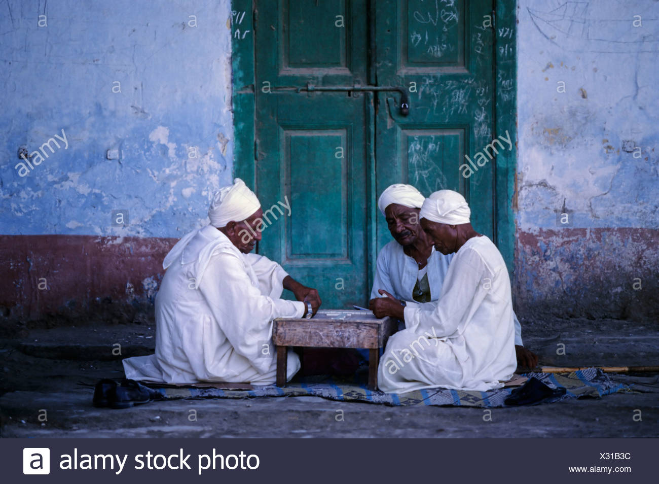 Egyptians playing dominos, play, men, game, gamblers, djellabea, white, traditional, turban, El Queseir, Egypt, Africa - Stock Image