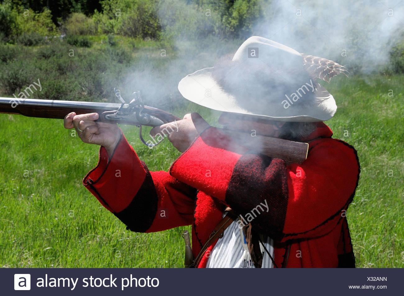 Re-enactor Steve Banks mountain man costume firing rifle Dubois Wyoming USA wild west - Stock Image