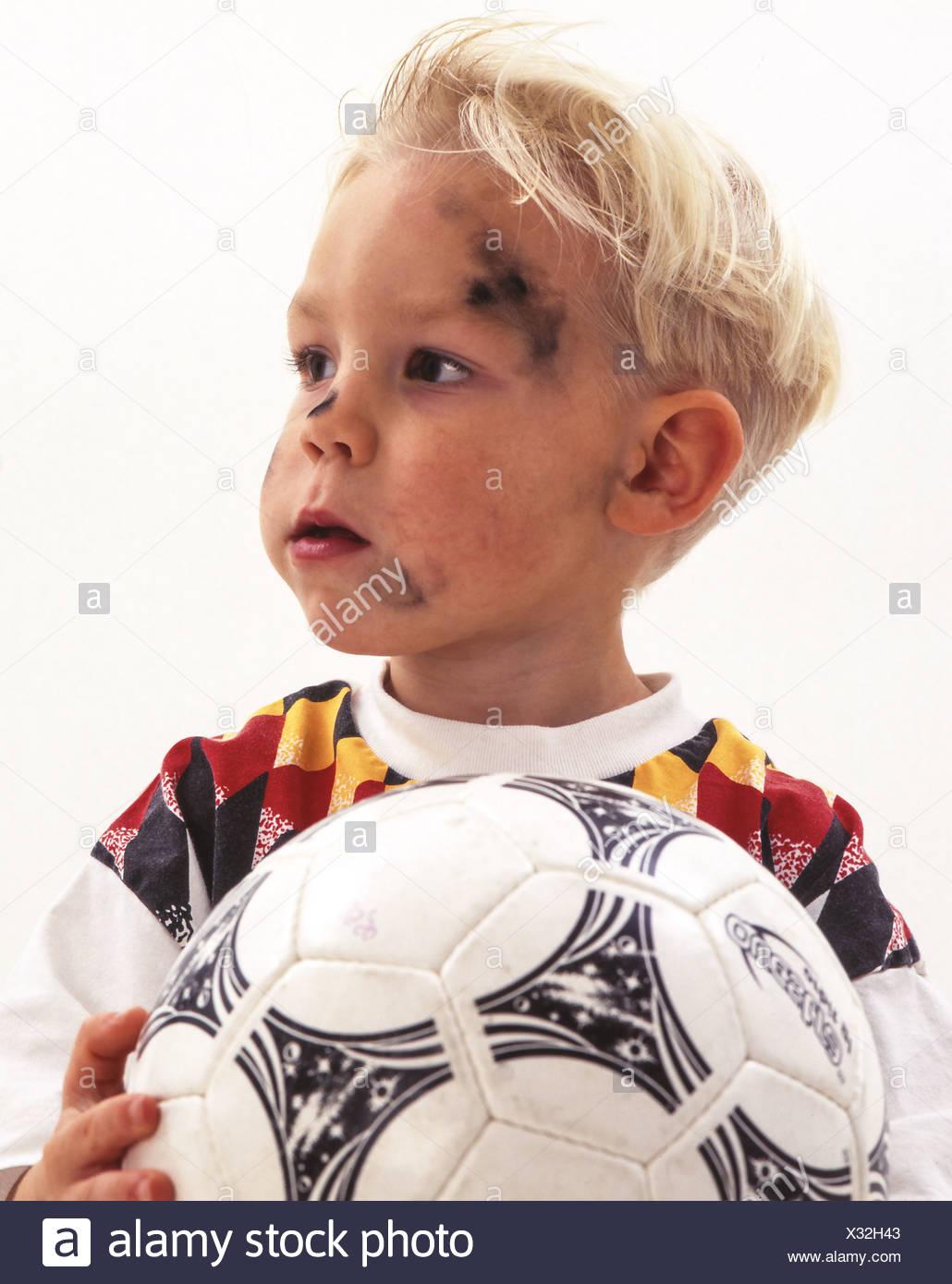 Kleiner Junge mit Fussball und Deutschland Trikot - Stock Image