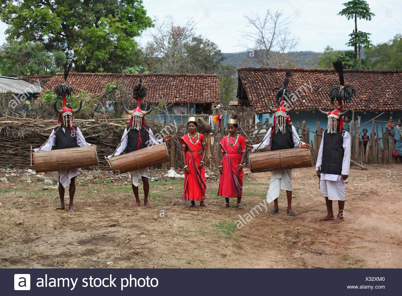 Tribal people performing a typical tribal dance in traditional outfits. Bison Horn Maria tribe, Datalpara, Gamawada, Chattisgadh - Stock Image