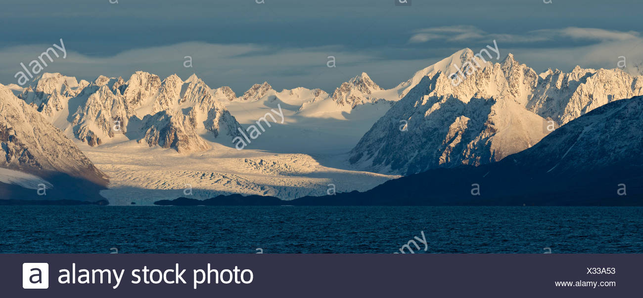 Mountains and glaciers, Liefdefjorden fjord, Spitsbergen, Svalbard Islands, Svalbard and Jan Mayen, Norway - Stock Image
