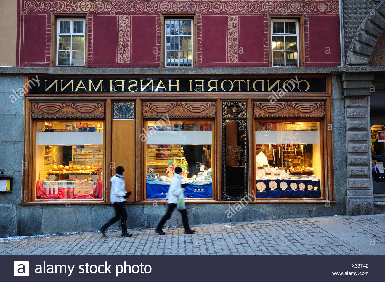 Confectionery, outside, passers-by, cafe, cafe house, gastronomy, Switzerland, Graubuenden, the Engadine, traditional house, Hanselmann, - Stock Image