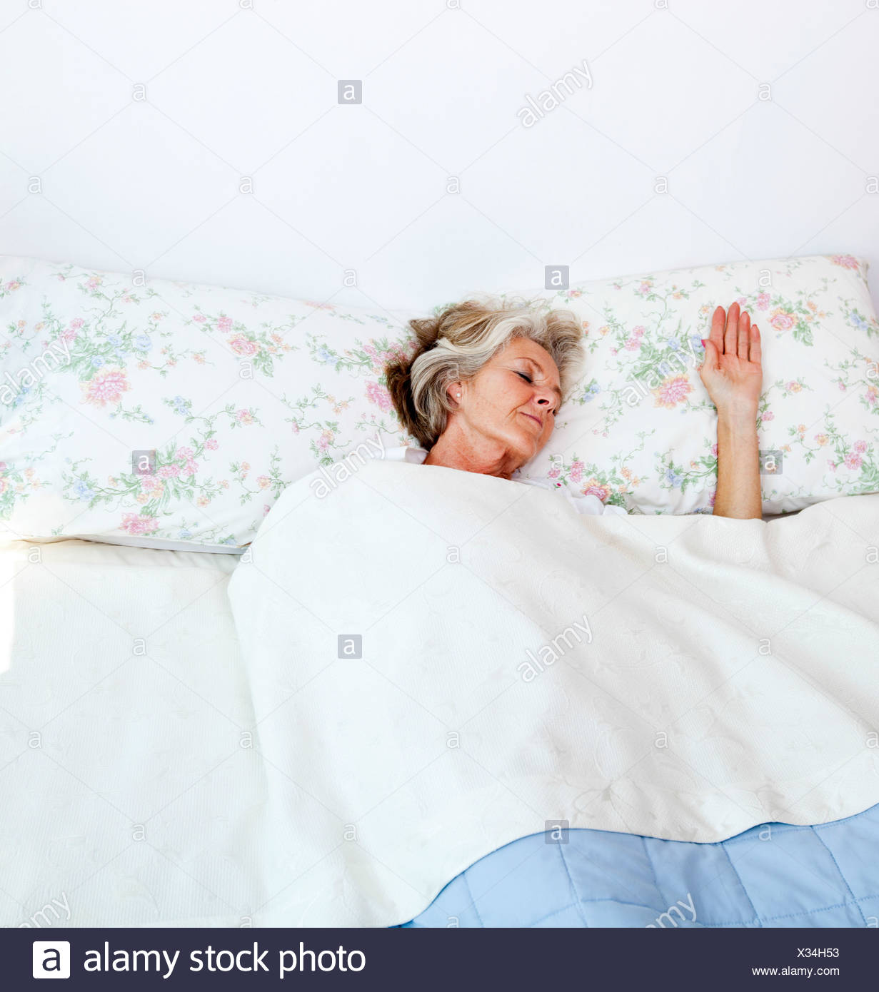 Senior woman sleeping bed home - Stock Image