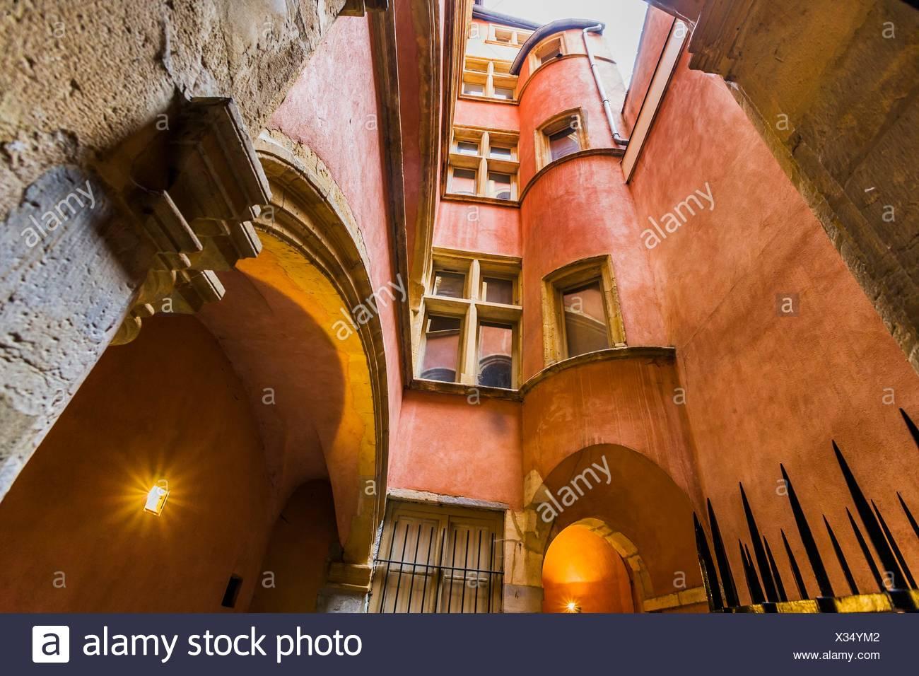 France, Rhone-Alpes, Lyon. Vieux Lyon. Renaissance court in one of the 'traboules''' - Stock Image