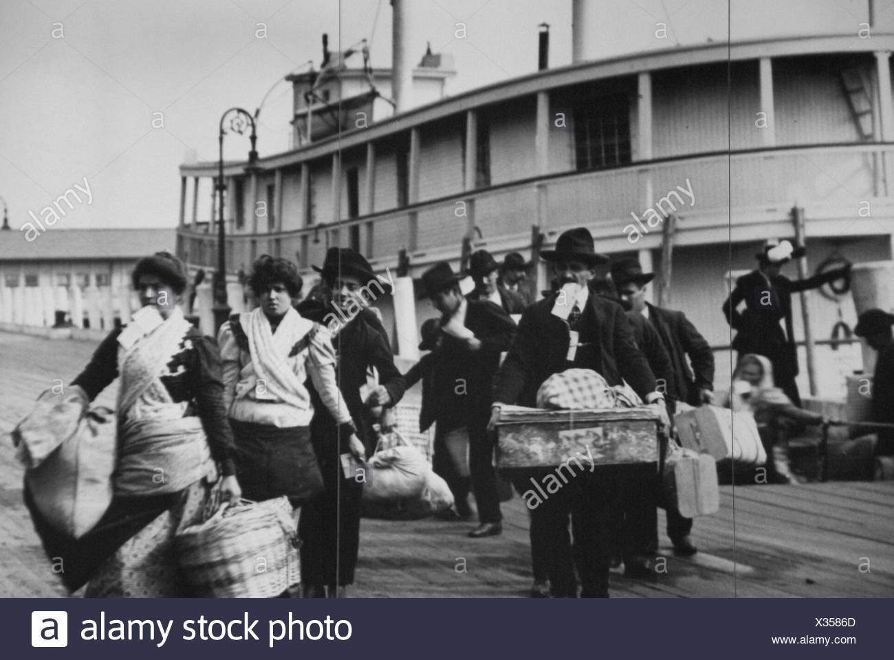 History, USA, New York. Immigrants arriving from Europe at the Ellis Island, around 1900 - Stock Image