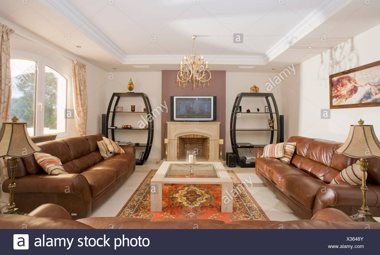 Television above fireplace in modern spanish living room for Salotto con tv
