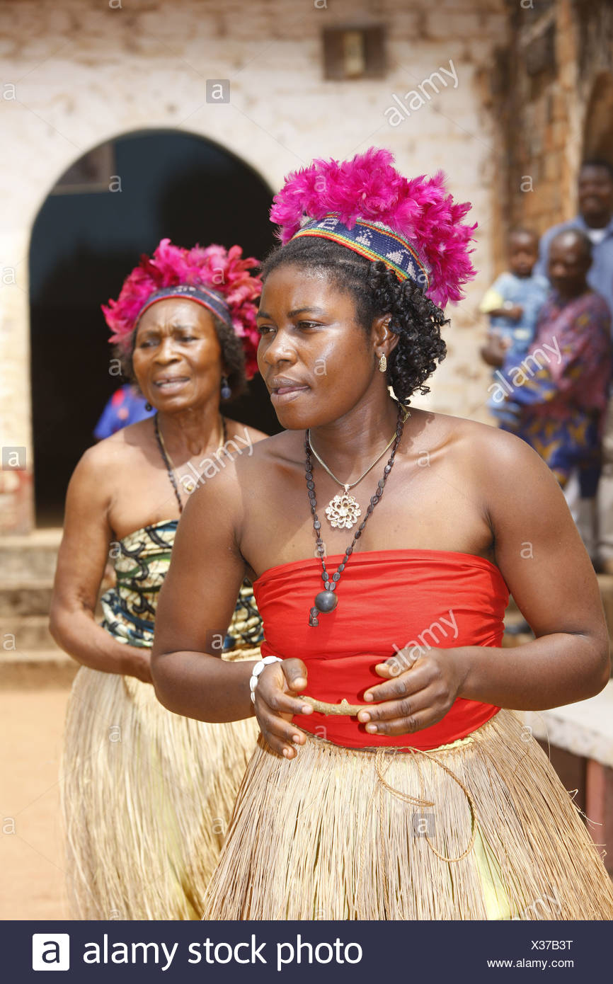 Women performing a traditional dance, chief farmstead of the Fon, Bafut, West Cameroon, Cameroon, Africa - Stock Image