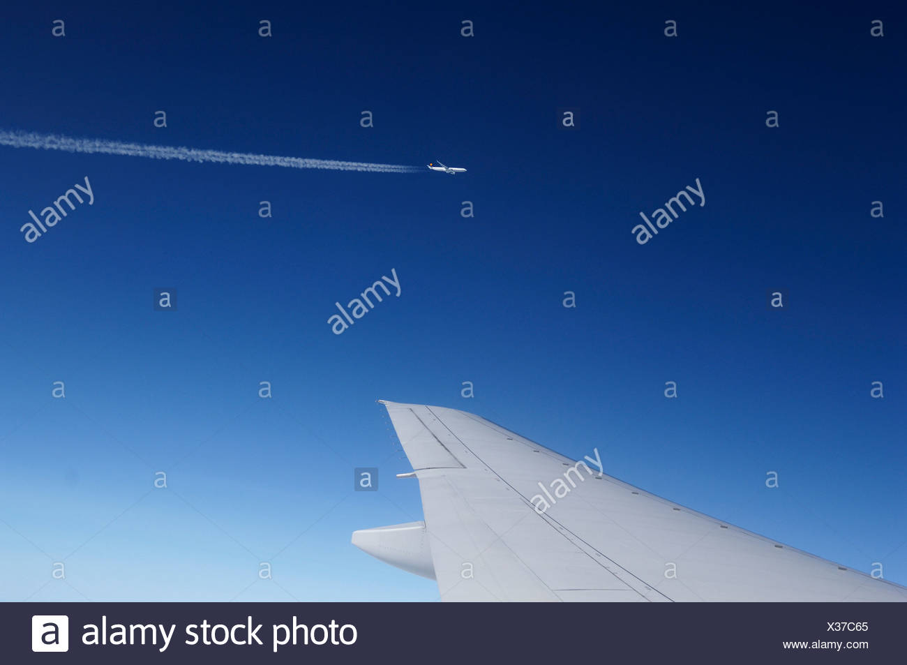 Wing of an aeroplane and plane, 10.000 m high, Atlantic flight from Europe to New York, USA - Stock Image