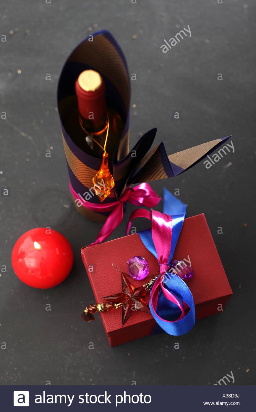 Najnowsze Dekoracja butelki, pakowanie butelki wina Stock Photo: 277395766 DK09