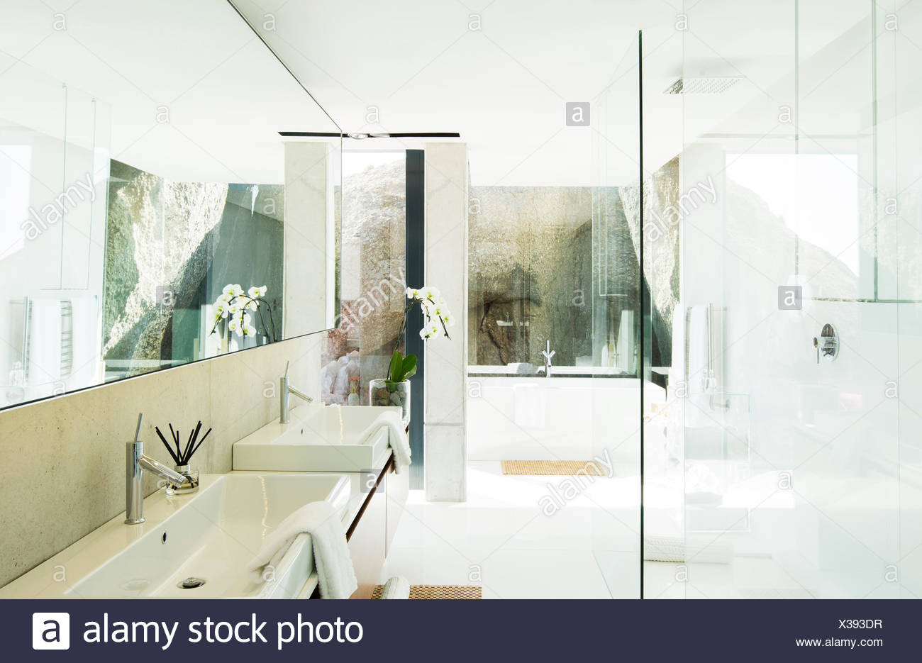 Sinks and bathtub in modern bathroom - Stock Image