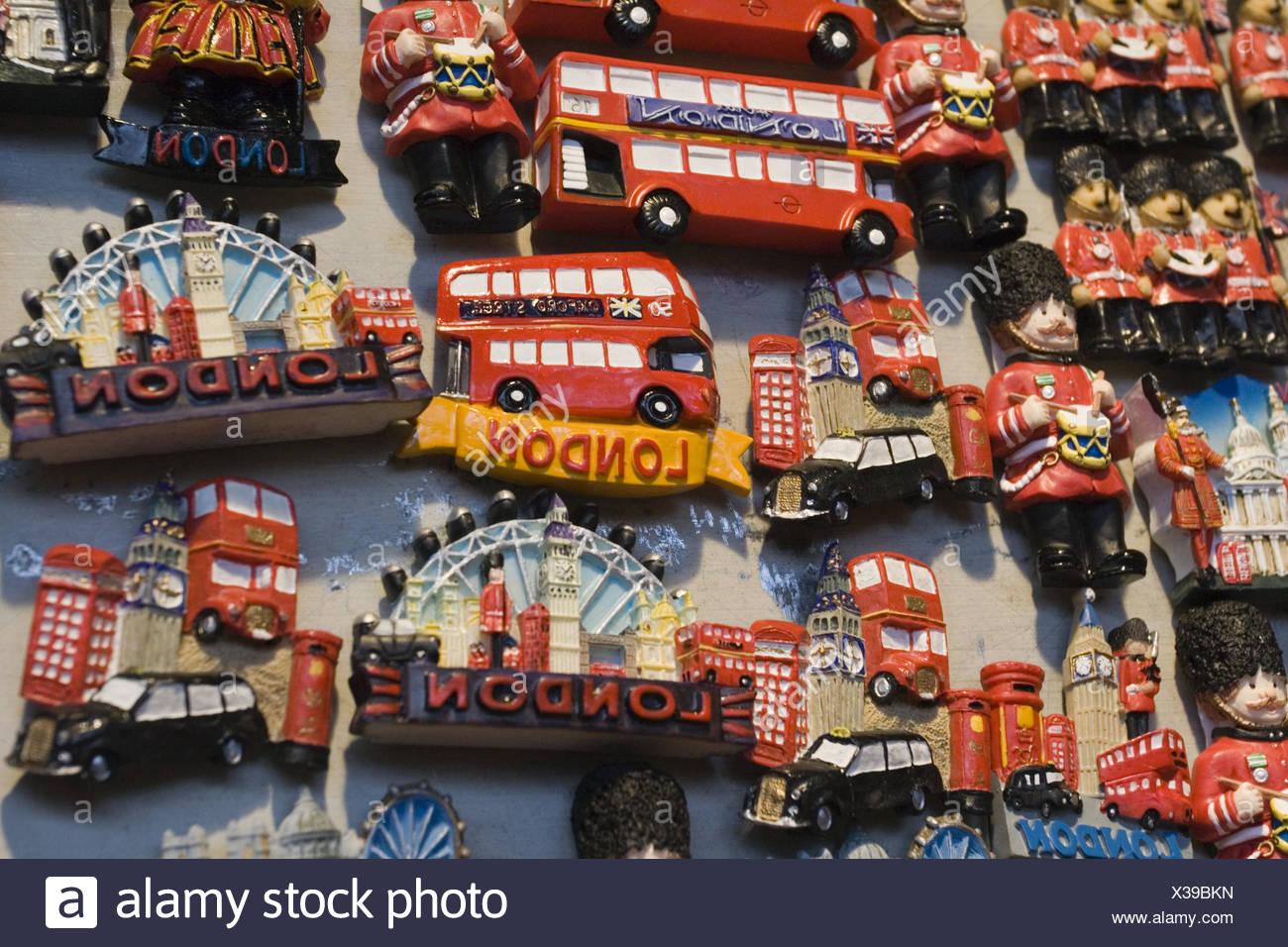 Großbritannien, England, London, Notting Hill,  Portobello Road Market, Souvenirs,  Kühlschrankmagneten, Detail,  Europa, Stadt, Hauptstadt, Reiseziel, Tourismus, Markt, Straßenverkauf, Verkauf, Einzelhandel, Nippes, Kitsch, Andenken, Sehenswürdigkeiten, Wahrzeichen, Magneten, Stock Photo