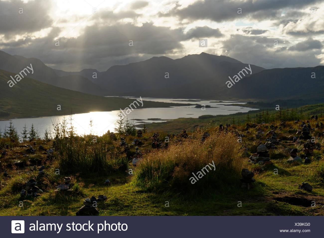 Sonnenuntergang, Sonnenstrahlen am Loch Loyne,   Northwest Highlands, Schottland, Grossbritannien - Stock Image