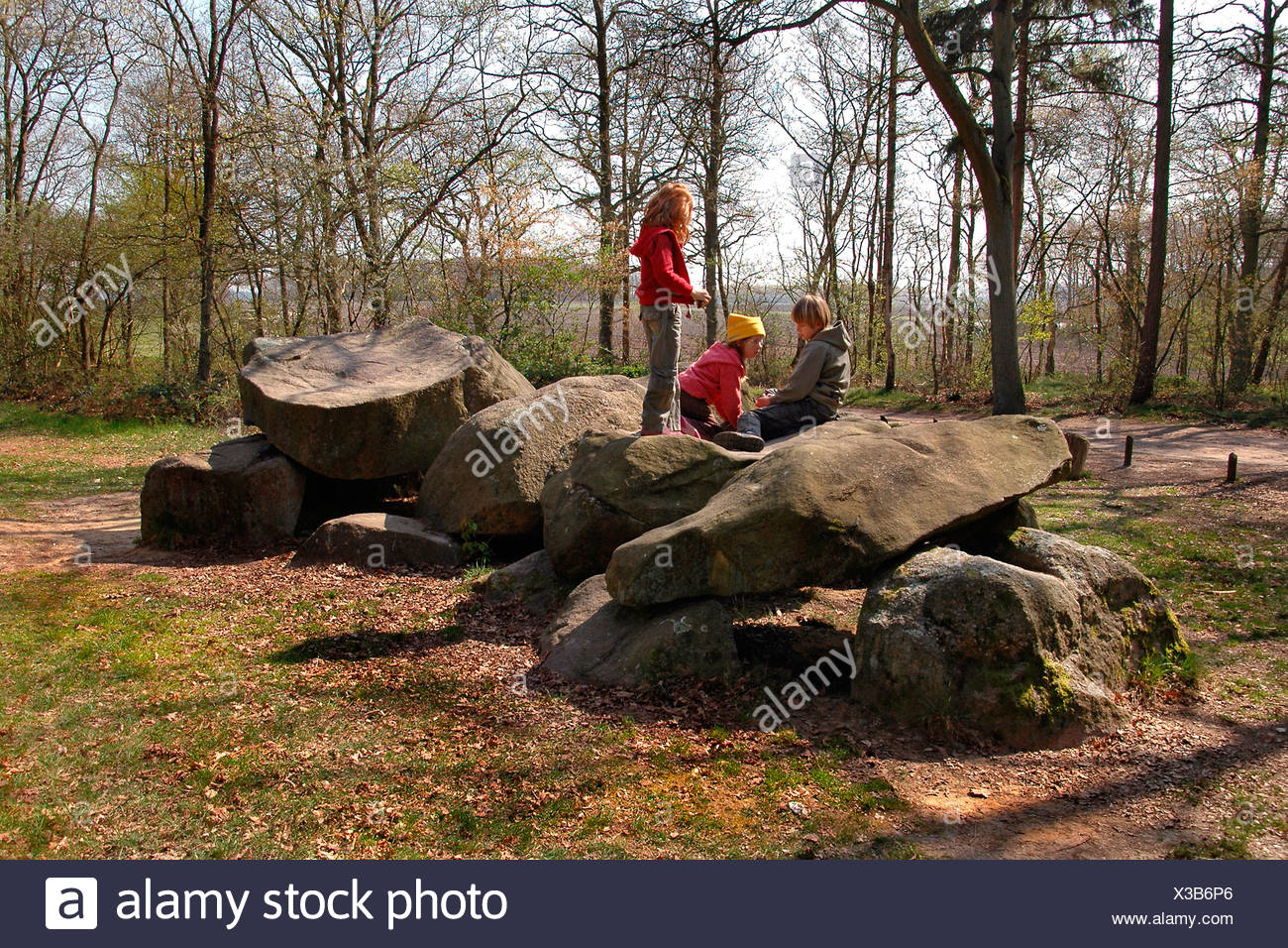 Spelende kinderen op hunebedden in Borger; Playing kids on Meatlithic thombs in Borger Stock Photo