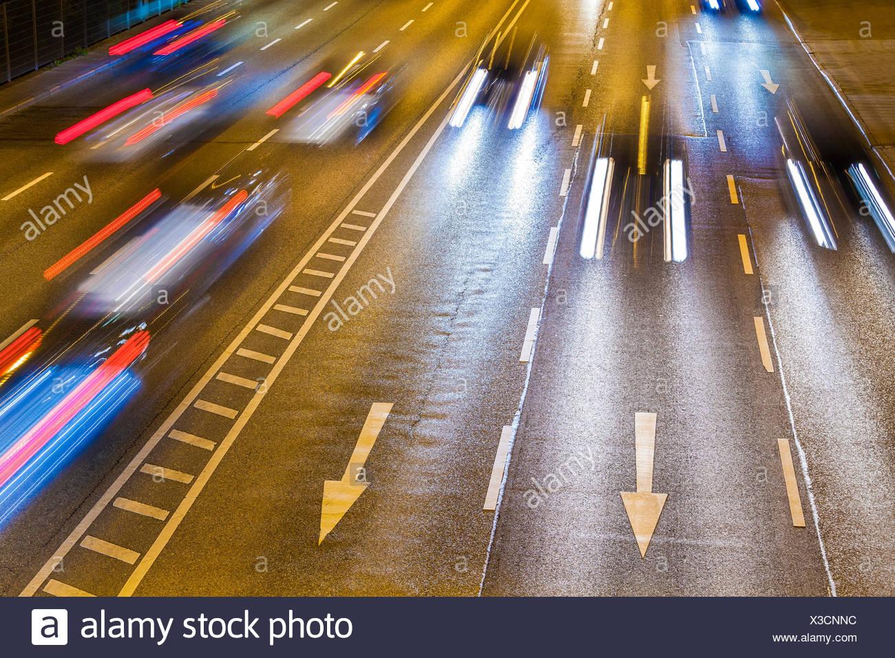 Deutschland, Baden-Württemberg, Stuttgart, B14, Bundesstraße, Autos, Pfeile, Lichtspur, Verkehr, Straßenverkehr, Richtung, Lichter, Rücklichter - Stock Image