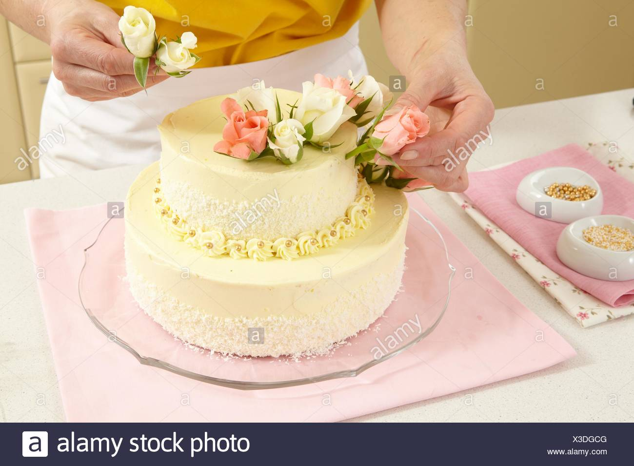 Two-Layer Wedding Cake (step by step Stock Photo: 277508128 - Alamy