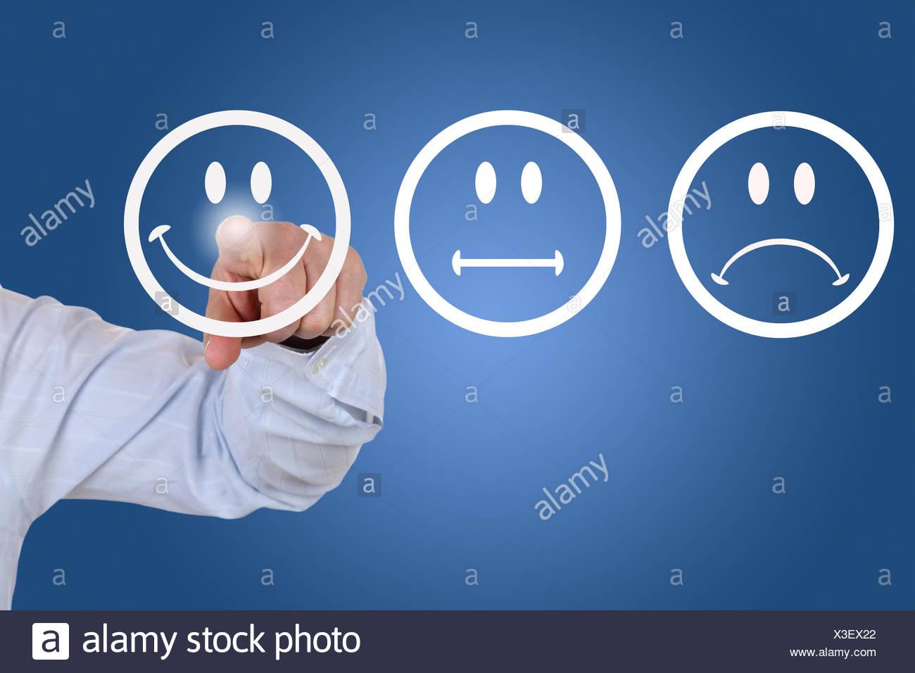 Businessman beim Abgeben einer Bewertung mit lachendem Smiley Stock Photo