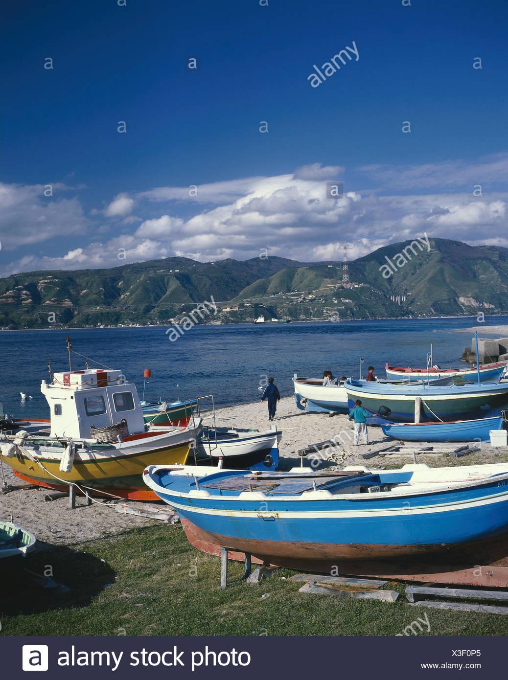 I' Sicily, Stretto Tu Messina (strait) with Mordello, fishing boats on the beach entries loudly originator - Stock Image