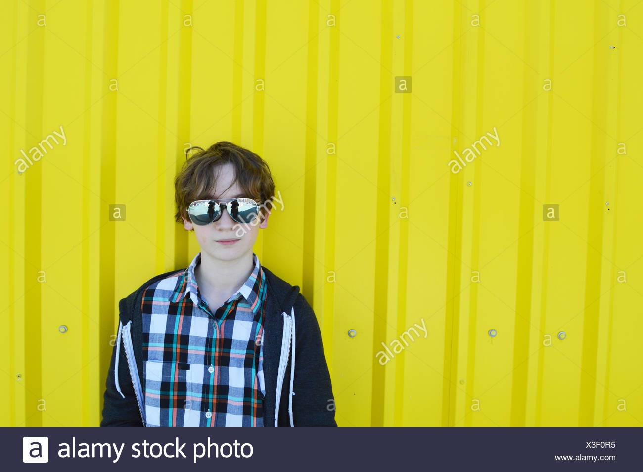 Boy (12-13) wearing sunglasses - Stock Image