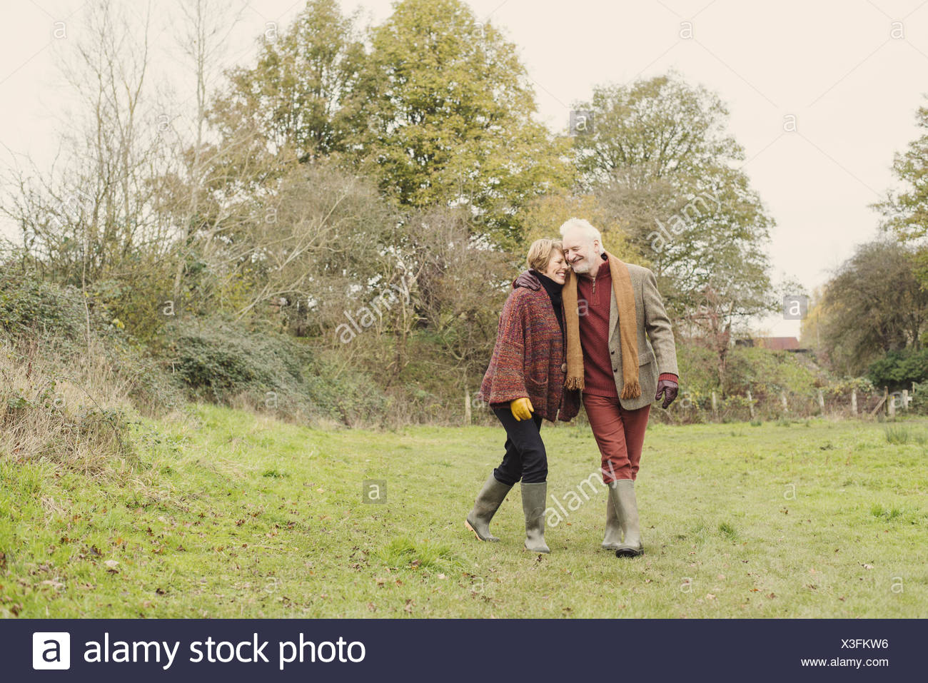 Couple walking in garden - Stock Image