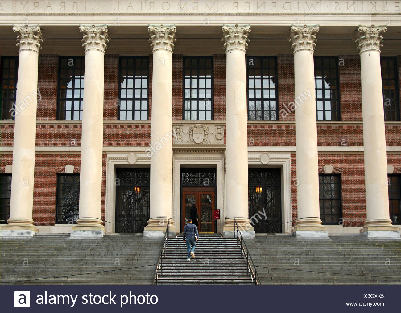 Students on their way to the Harry Elkins Widener Memorial Library, Harvard University, Cambridge, Massachusetts, USA - Stock Image