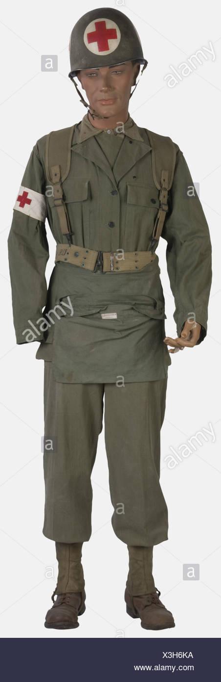 U.S.A, Infirmier de l'US Army, sur mannequin, comprenant un casque M1 à peinture verte (présente à 30%) avec insigne à Croix Rouge (postérieur) et jugulaire à pattes fixes, une veste treillis HBT complète, une chemise en laine moutarde, un pantalon treillis à deux poches Cargo, guêtres toile, brodequins en cuir brun, brelage infirmier, ceinturon troupe, musette Croix Rouge, , Additional-Rights-Clearances-NA - Stock Image