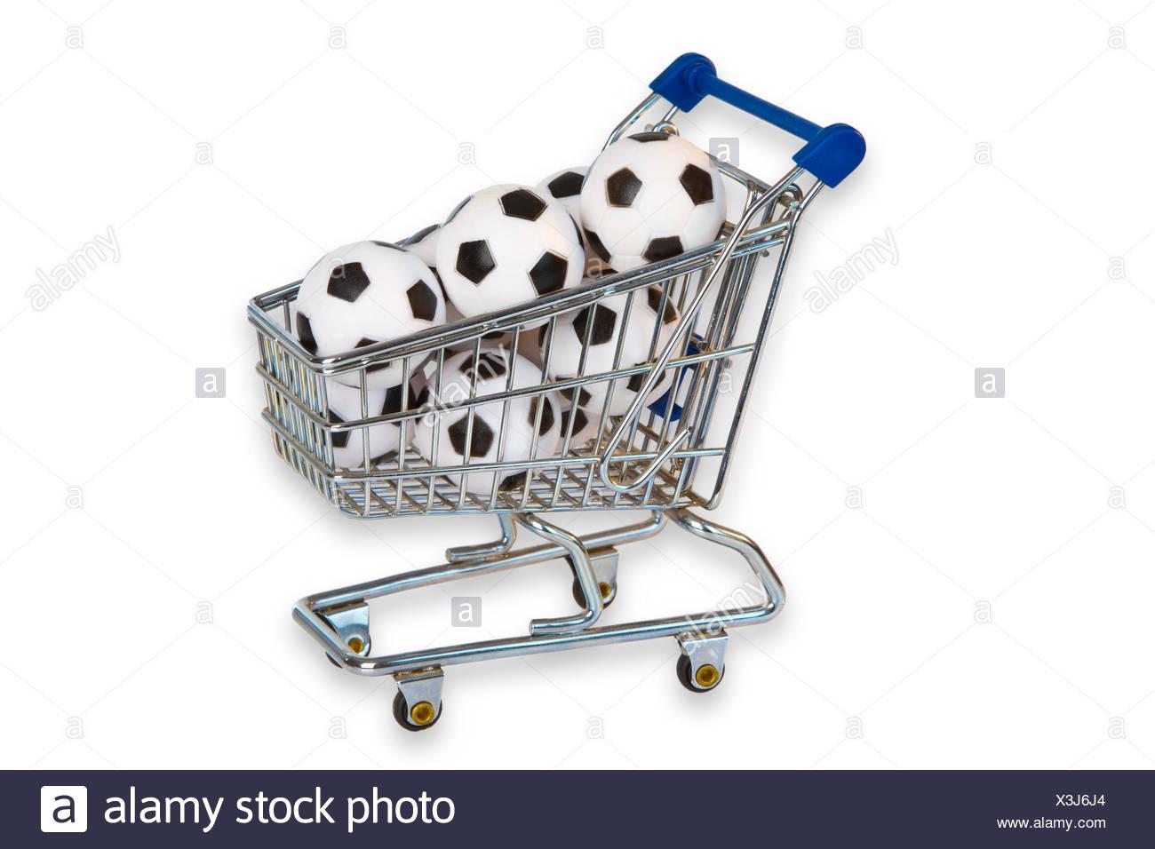 Fussbaelle in einem Einkaufswagen freigestellt auf weissem Hintergrund - Stock Image