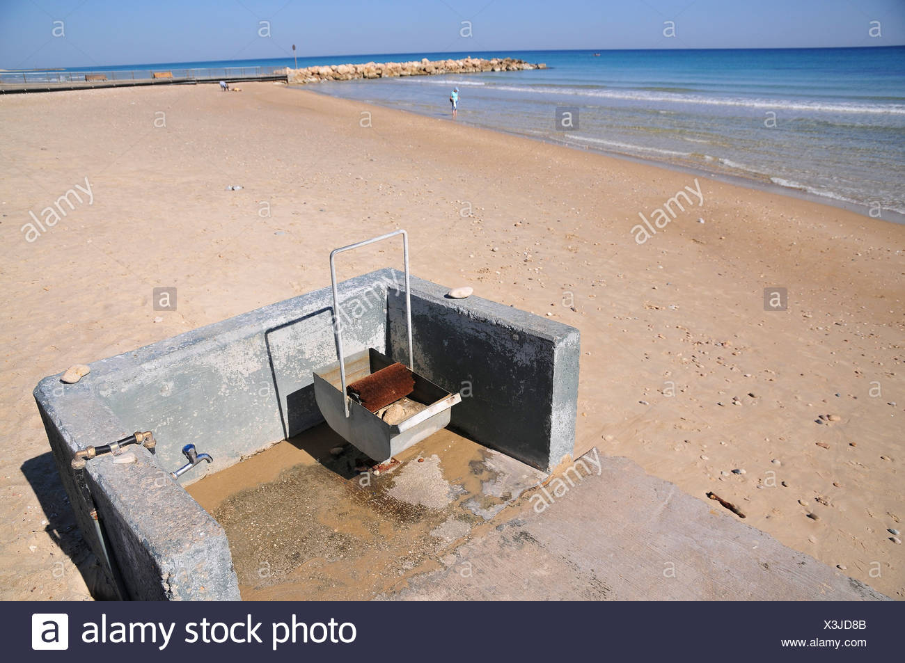 A device for cleaning tar of the feet of bathers - Stock Image