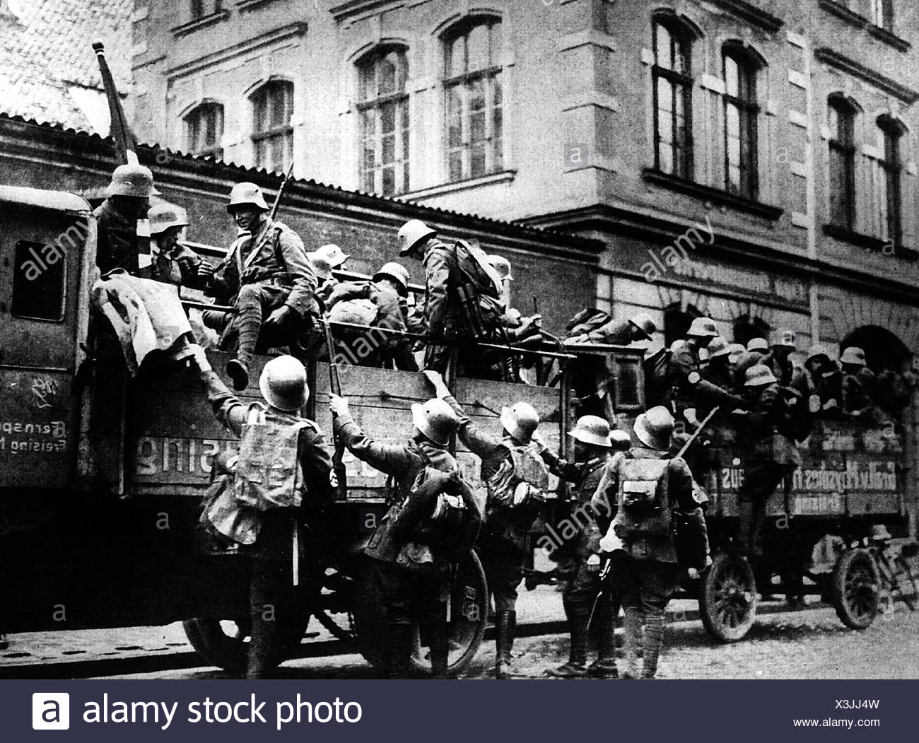 events, Beer Hall Putsch, 1923, rebells, men of SA (Storm Division/Sturmabteilung), getting on a lorry, Munich, 9.11.1923, Nazism, Third Reich, Hitler, Ludendorff, uniform, soldiers, event, Nazi Germany, politics, historic, historical, people, 20th century, 1920s, Additional-Rights-Clearances-NA - Stock Image