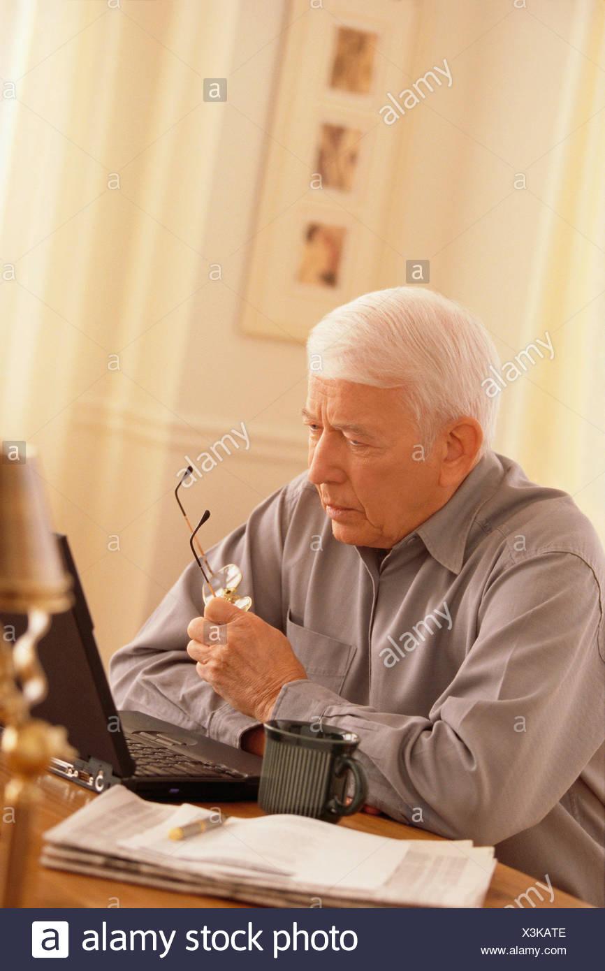 Senior working on laptop - Stock Image