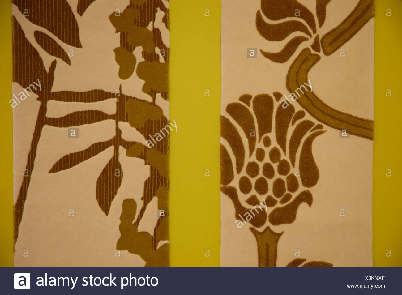 Brown stylised flower patterned cream wallpaper - Stock Image