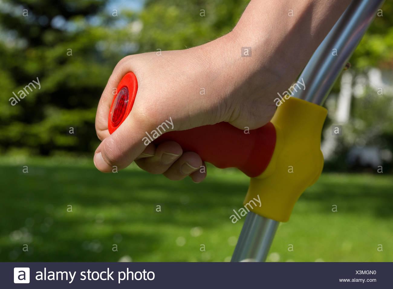 Kind mit Krücke, Detailaufnahme der Hand Stock Photo