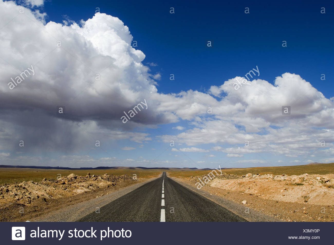 Morocco, Ouarzazate, country road, cloudy sky, Africa, North Africa, scenery, width, distance, horizon, level, vanishing point, vanishing point perspective, central perspective, sky, clouds, loneliness, outside, deserted, - Stock Image